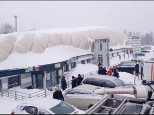 Сдувшийся теннисный корт приняли за обрушенСдувшийся теннисный корт приняли за обрушение ТЦ в Щелковоие ТЦ в Щелково