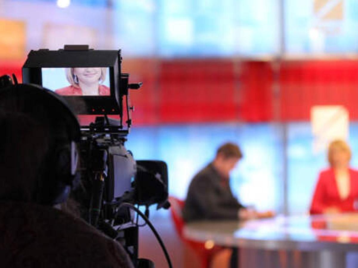 Зеленский закрыл вещание трех телеканалов на Украине