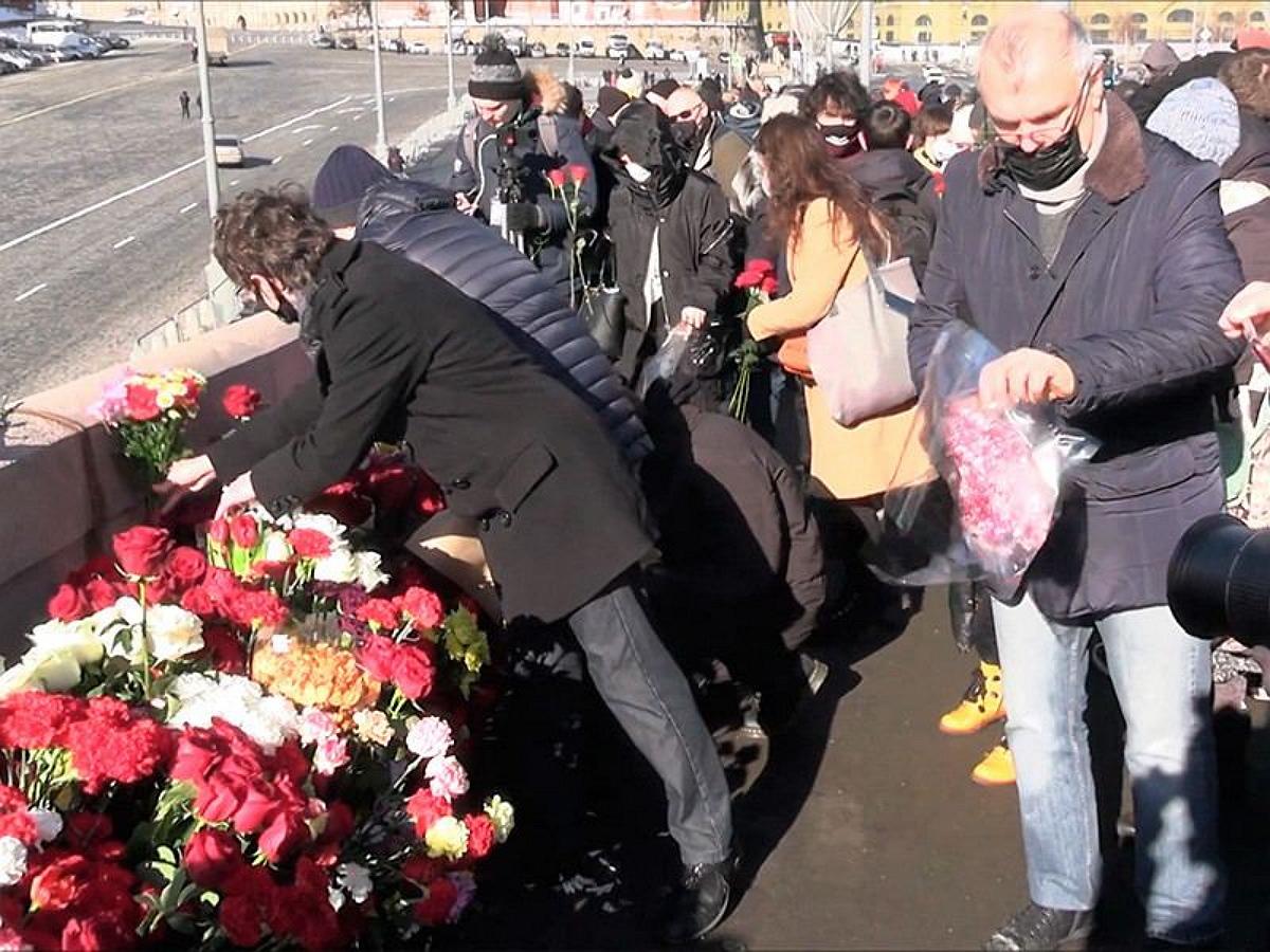 Более 10 тысяч человек пришли на акции памяти Немцова в Москве и Петербурге