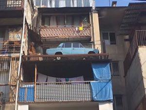 Житель Тбилиси соорудил гараж для авто на своем балконе