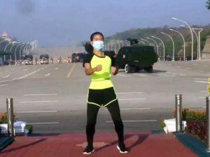 Девушка прославилась танцами на фоне переворота в стране