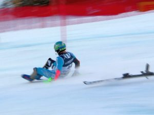 Спортсмен, потерявший лыжи во время заезда, финишировал на ягодицах