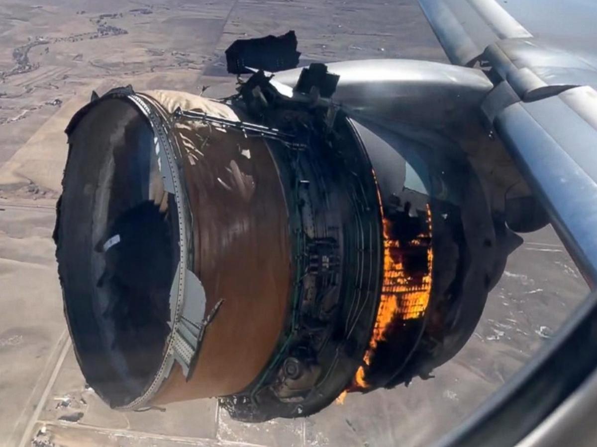 Пассажир снял на видео загоревшийся во время полета двигатель