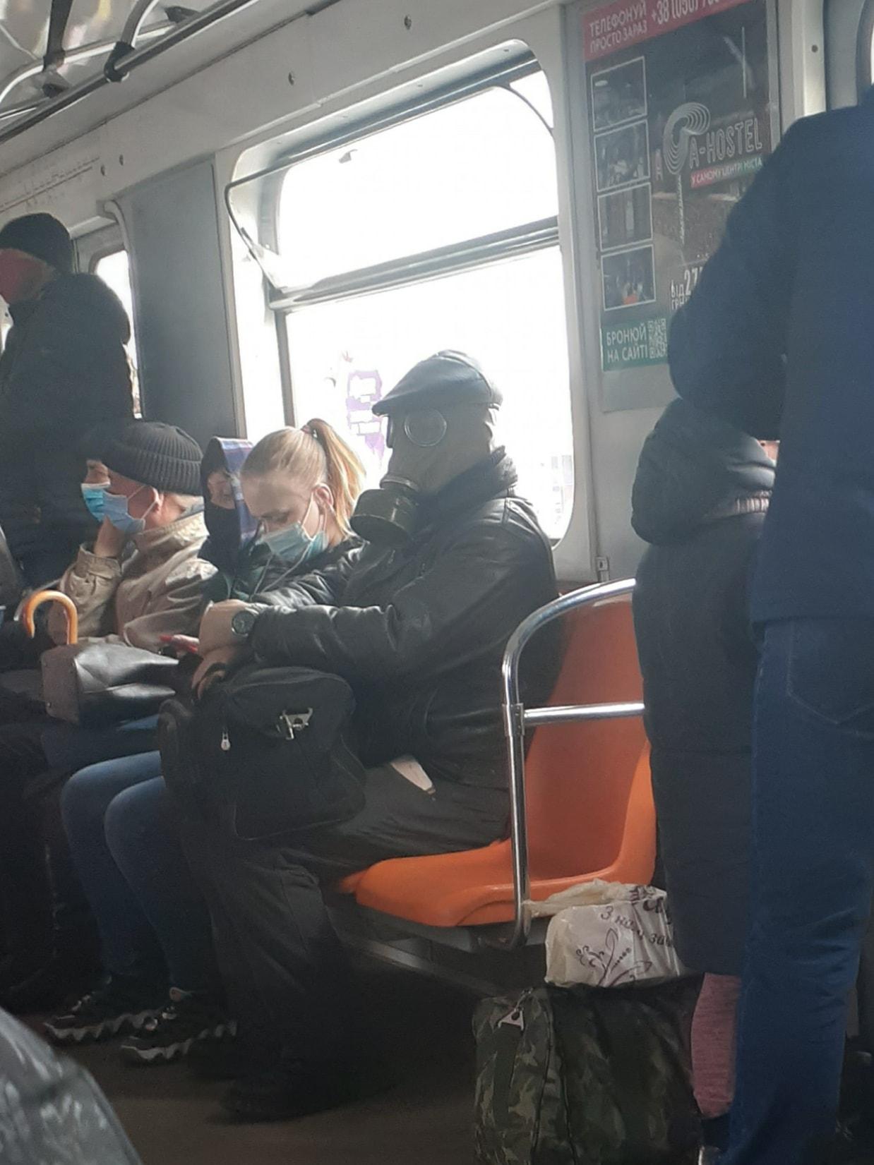 """""""Безопасность 80 уровня"""": в Сети обсуждают """"суперзащищенного от ковида"""" пассажира"""