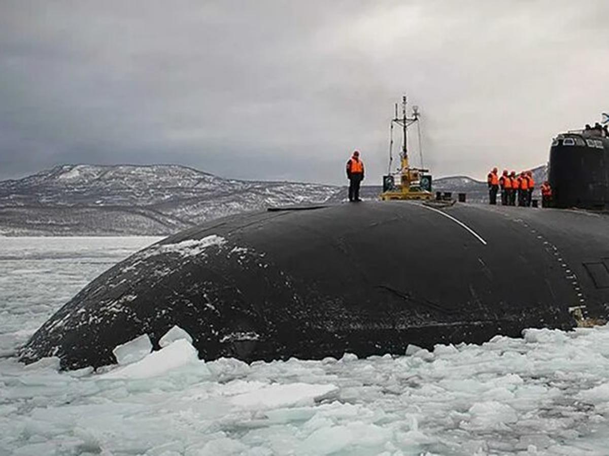 """Всплывшую во льдах подлодку РФ засняли изкосмоса рядом с""""огромной дырой"""""""