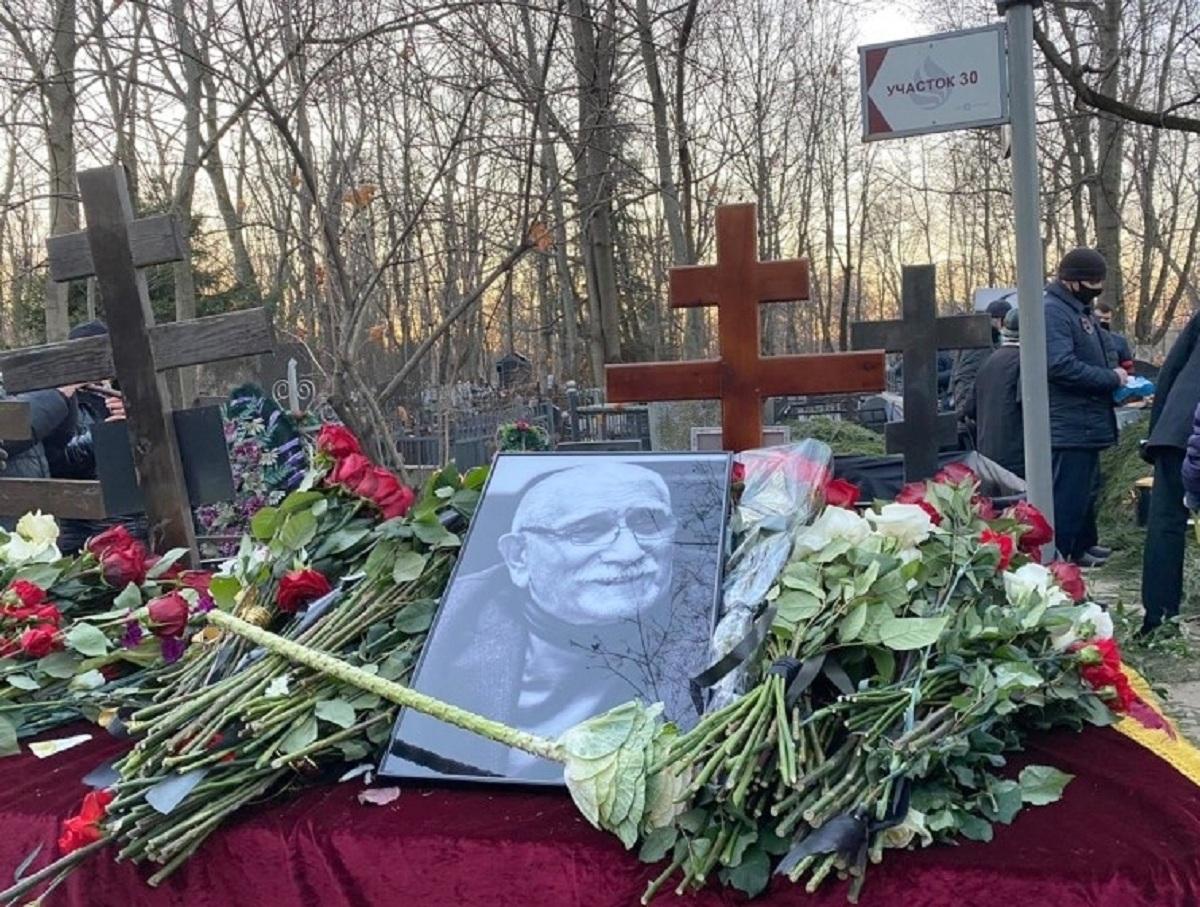 Могилу Армена Джигарханяна забросили спустя четыре месяца после похорон