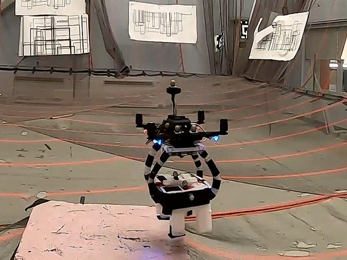 Разработчики представили дрон, умеющий подхватывать груз на лету