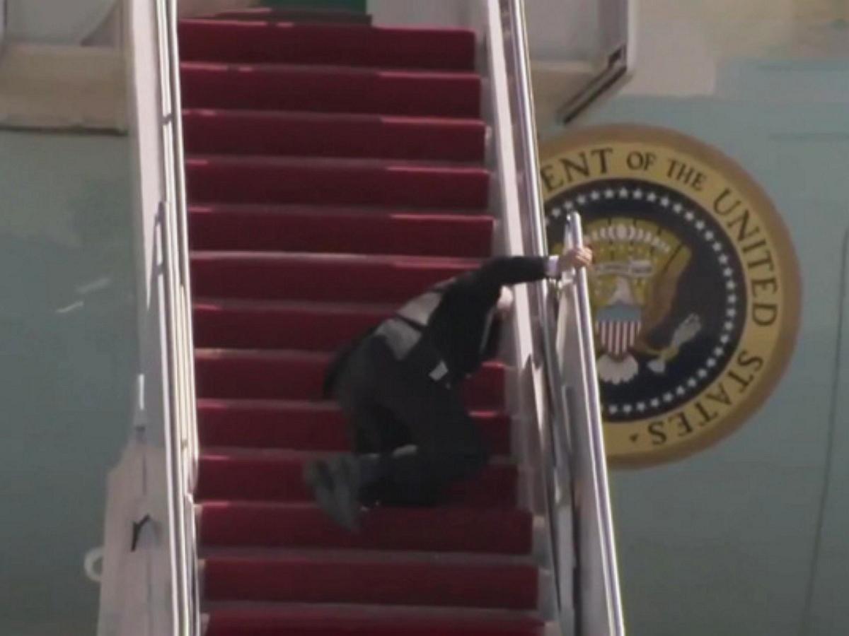 Байден несколько раз споткнулся и упал на трапе президентского самолета