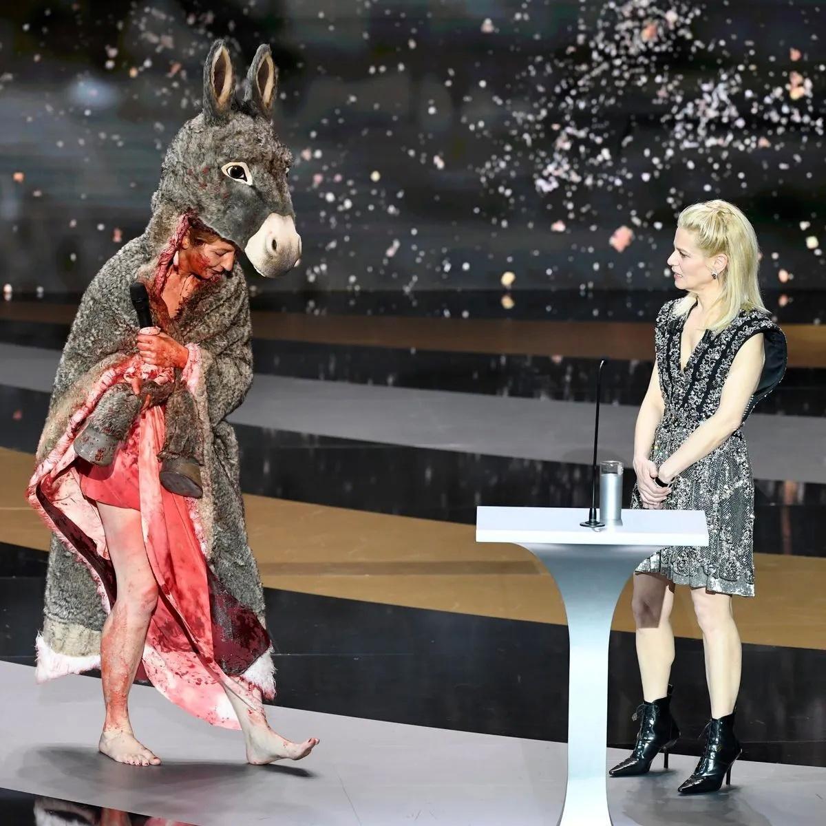 Актриса Масьеро разделась на сцене