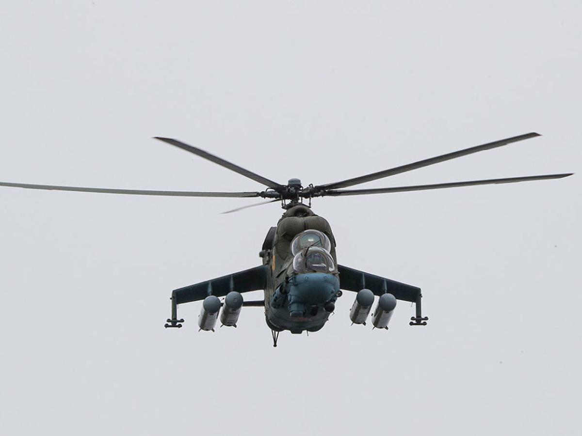 Российский военный вертолет в Донбассе
