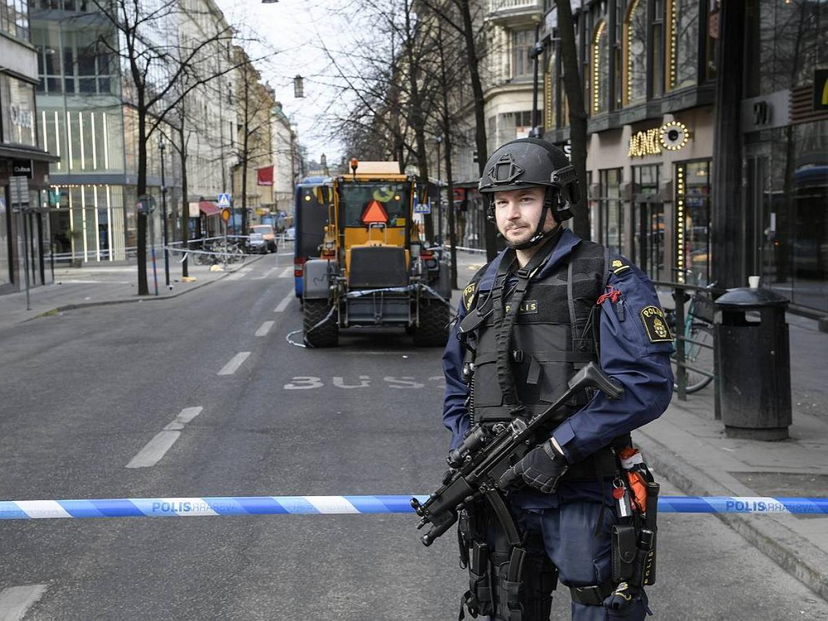 Теракт в Швеции: мужчина ранил ножом восемь человек