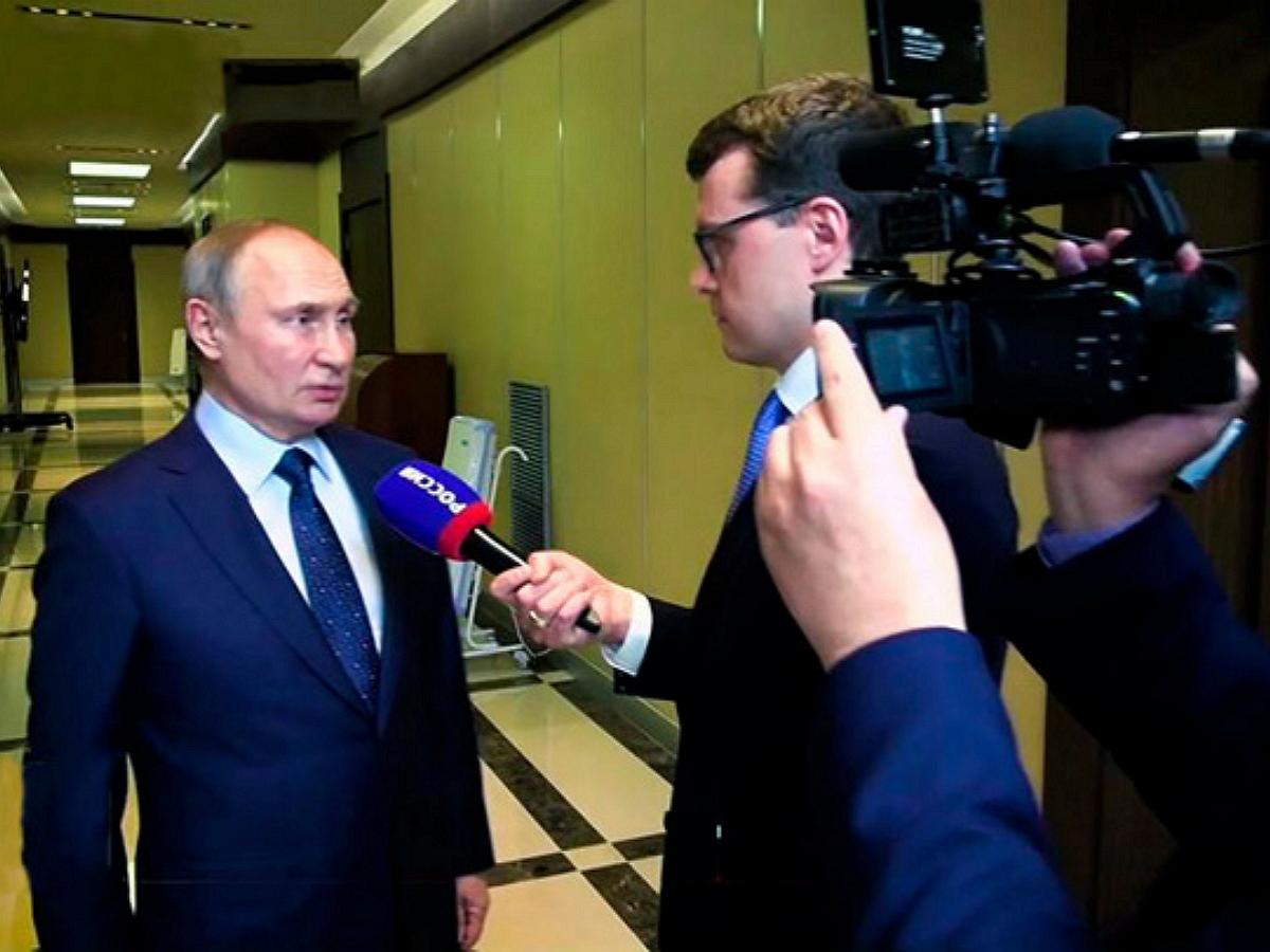 «Немножко поламывает»: Путин рассказал об ощущениях после прививки от COVID-19