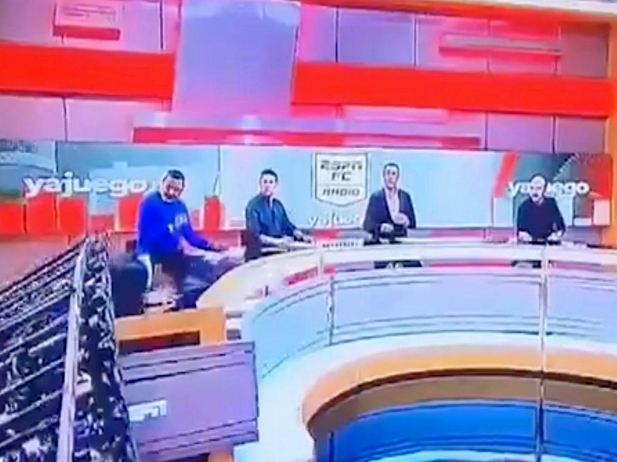 Журналисту удалось выжить после падения на него большого экрана