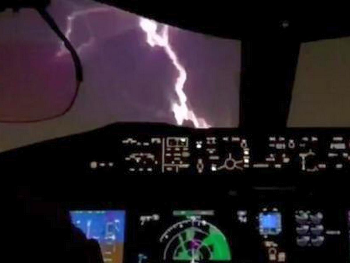 Удар молнии в лобовое стекло сняли из кабины пилотов лайнера