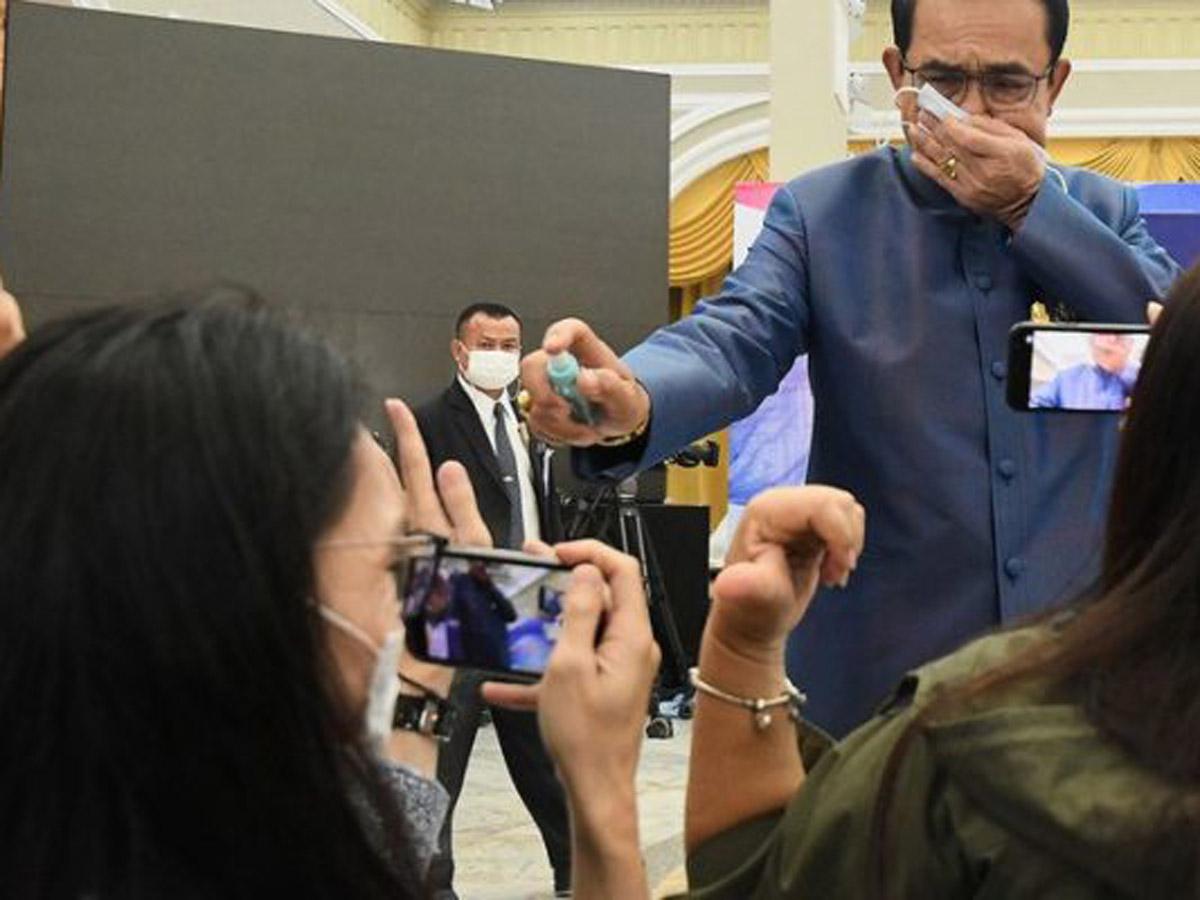 Премьер Таиланда распылил антисептик на СМИ