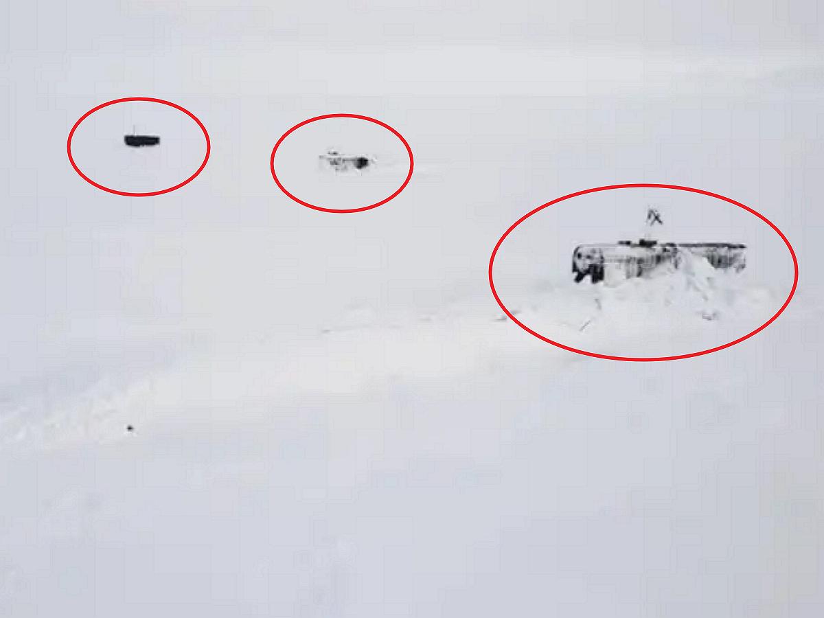 Эпичное всплытие сразу трех подлодок РФ, пробивающих лед Артики, попало на видео