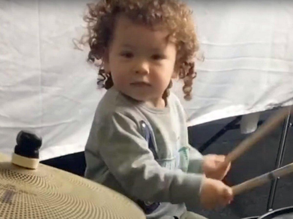 3-летний барабанщик собирает тысячи лайков в соцсетях