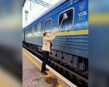 На Украине турист из Дании помыл грязное окно в поезде