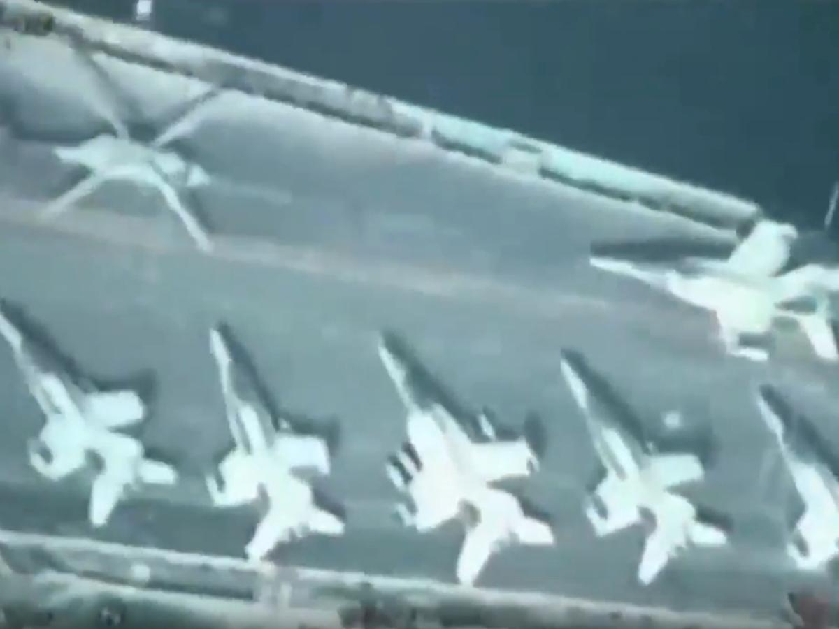 Иранский бомбардировщик пролетел над американским эсминцем