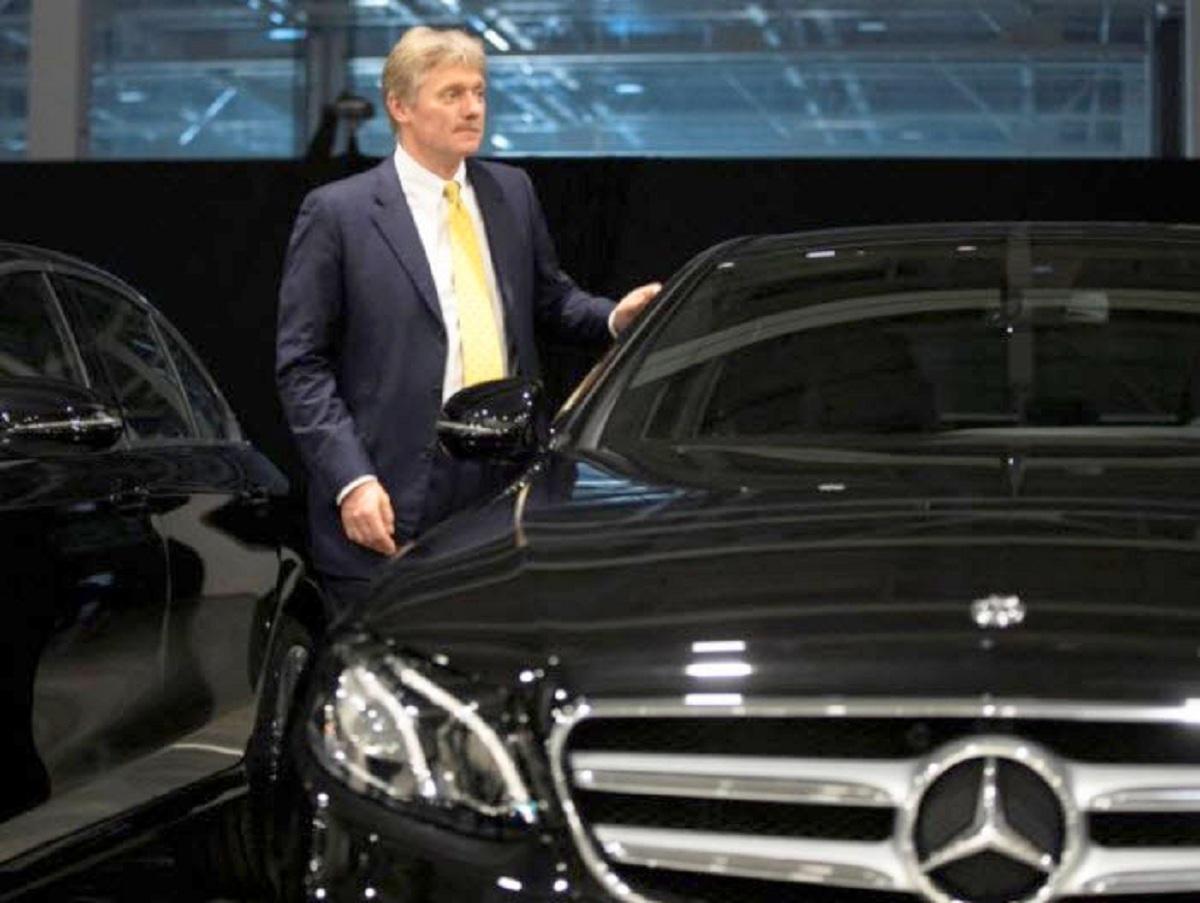 Автомобиль Дмитрия Пескова столкнулся с такси