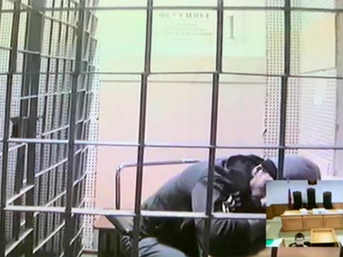 Абызова принесли на процесс на носилках - заседание прервано