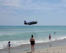 Бомбардировщик времен Второй мировой аварийно сел на пляже и собрал около 1 млн просмотров