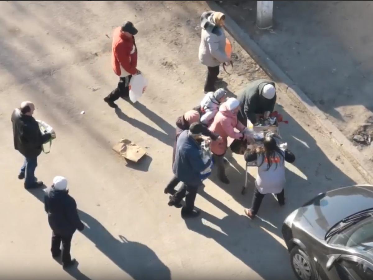 В Воронеже жители забирают просроченные продукты