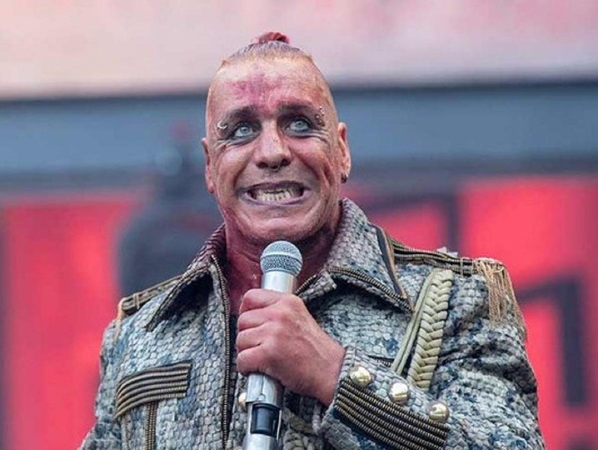 «Пора гражданство предоставлять»: лидер Rammstein спел на русском языке песню Бернеса «Любимый город»