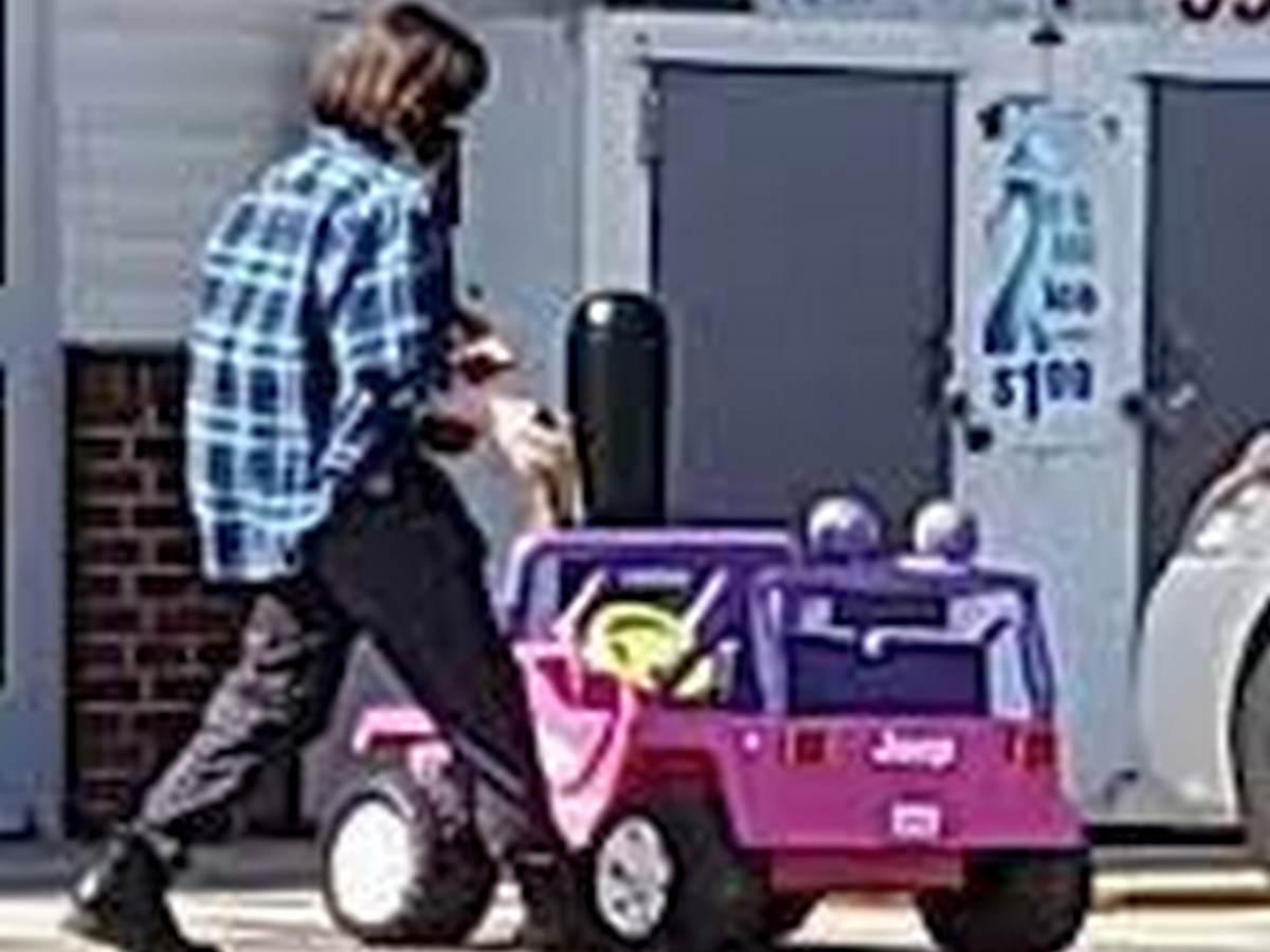 Автоледи прославилась в Сети, приехав в магазин на детском автомобиле
