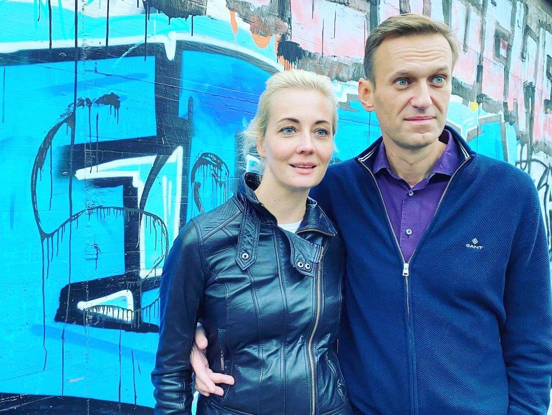 «Говорит с трудом и ложится на стол»: Навальная рассказала о свидании с мужем