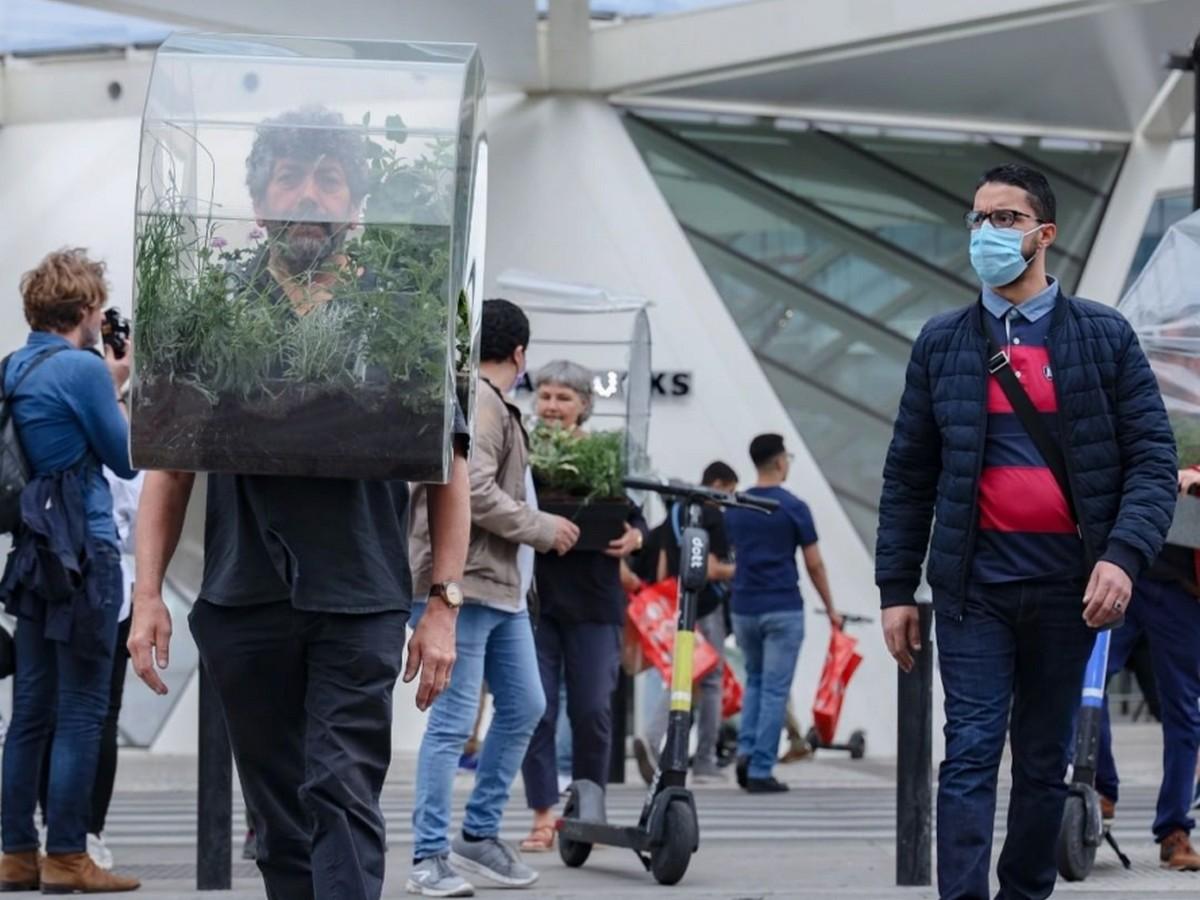 Художник из Бельгии придумал альтернативу медицинским маскам