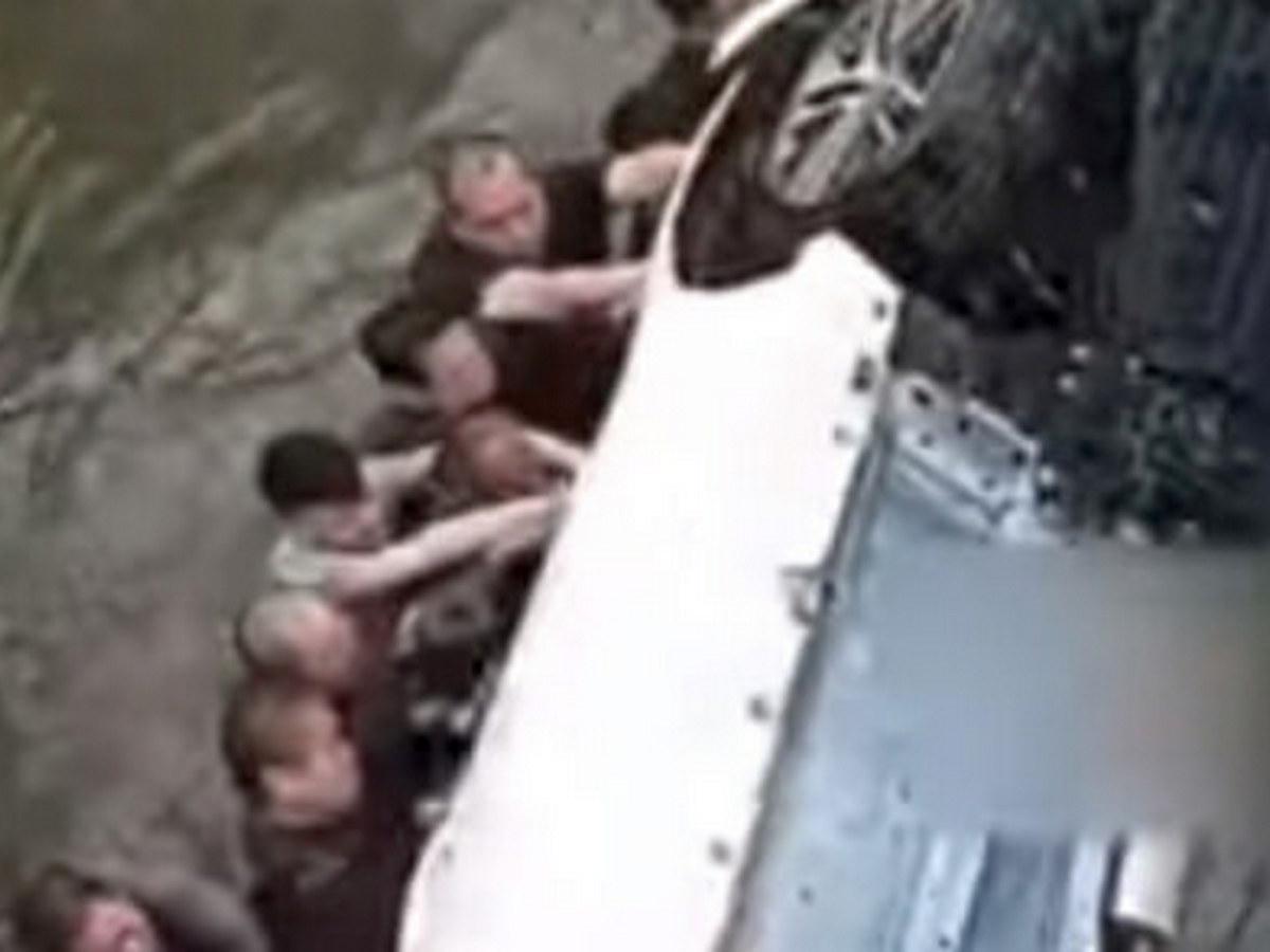 Очевидцы ДТП прыгнули в реку, чтобы спасти людей в перевернувшейся машине
