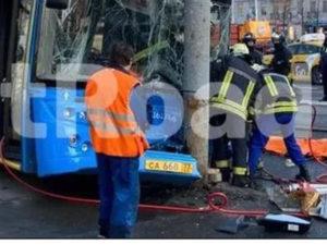 Москва автобус врезался в мачту освещения