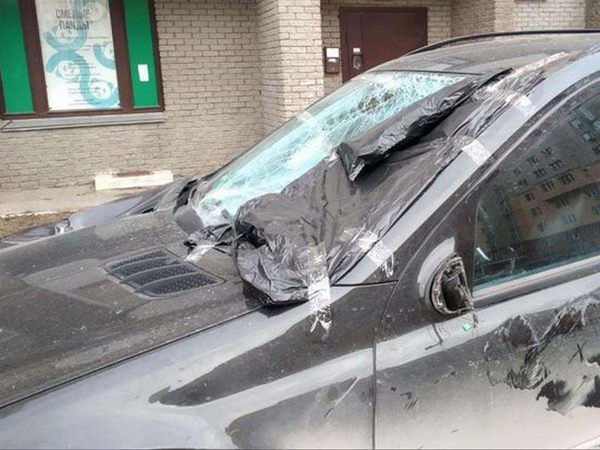 Рабочие уронили с балкона на «Мерседес» оконную раму