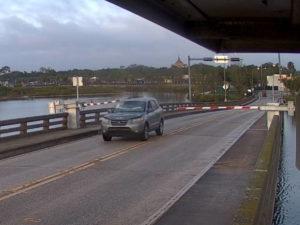 Водитель увлекся телефоном и перепрыгнул на автомобиле разводной мост