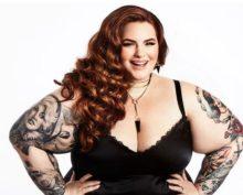 Тесс Холлидей показала, как ей делают татуировку на животе