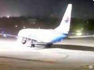 Ураганный ветер резко развернул самолет в аэропорту