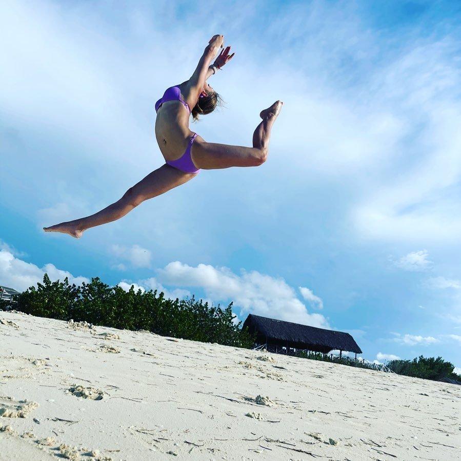 Шпагат на пляже и селфи на море: российские спортсменки на отдыхе