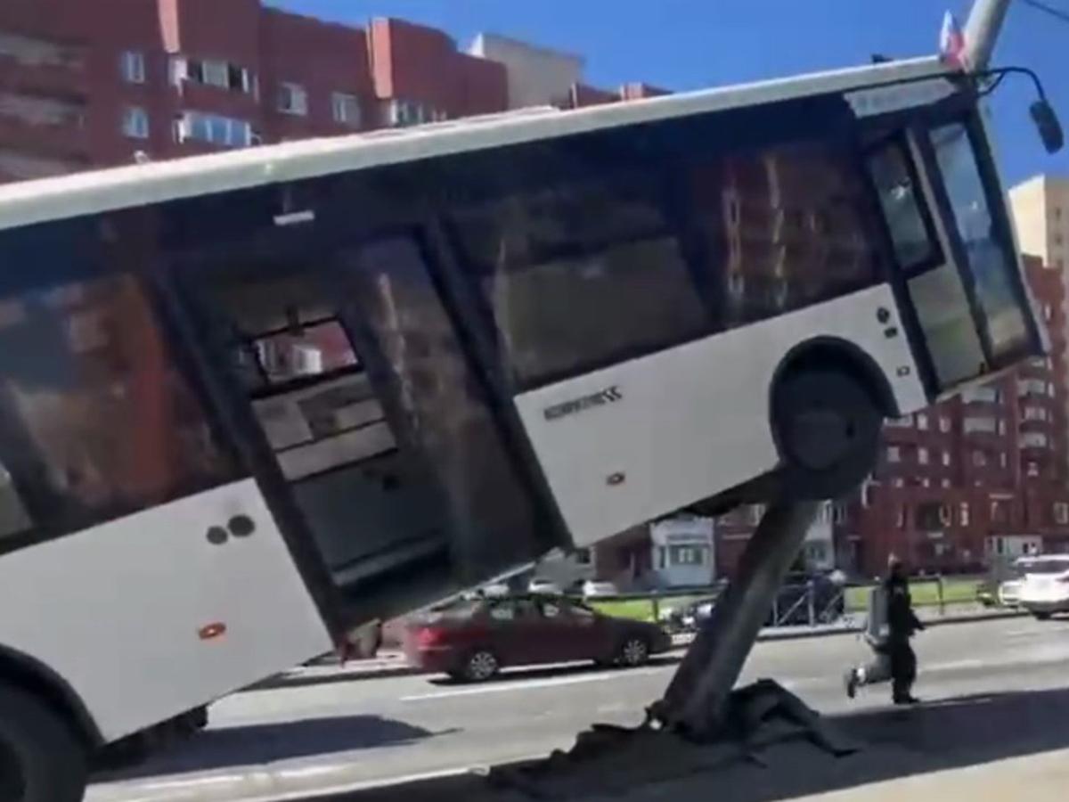 Автобус протаранил столб