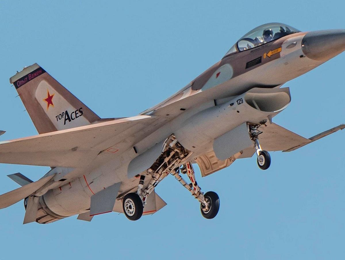 На первом частном истребителе F-16 в США появилась русская надпись