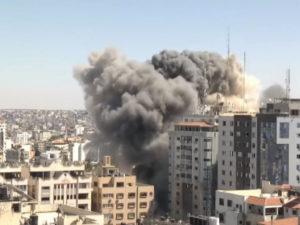 Израиль разрушил 11-этажное здание в Газе с офисами СМИ
