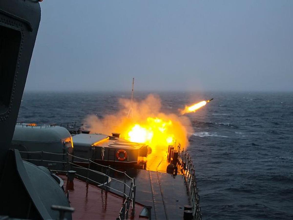 Российские военные корабли открыли стрельбу