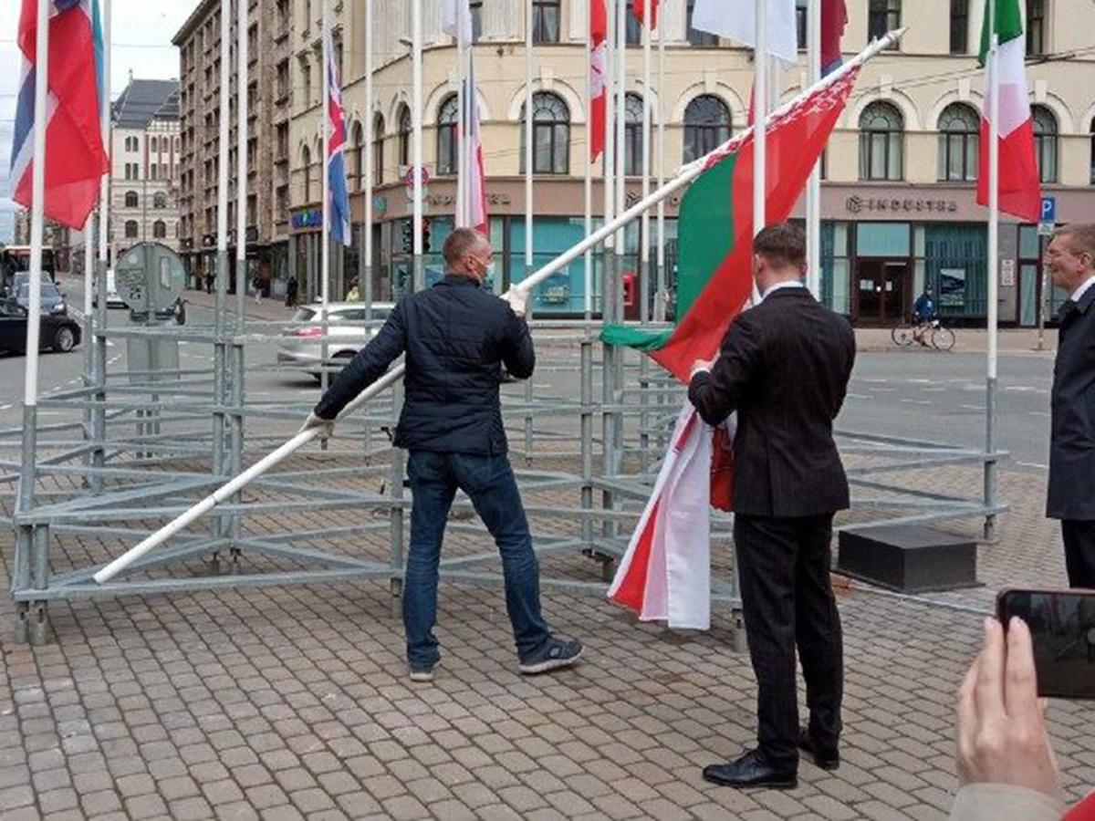 Латвия заменила флаг Белоруссии