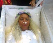 Женщина провела репетицию собственных похорон