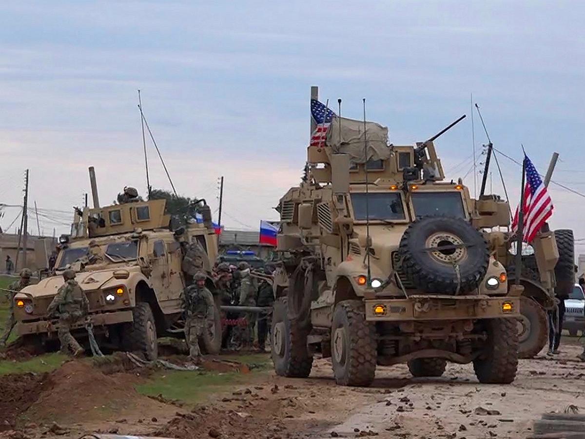 Российский патруль блокировал колонну США в Сирии