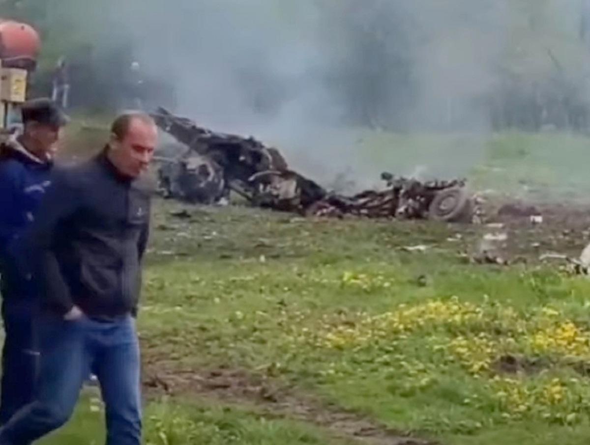 В Беларуси между домами разбился военный самолет: оба пилота погибли