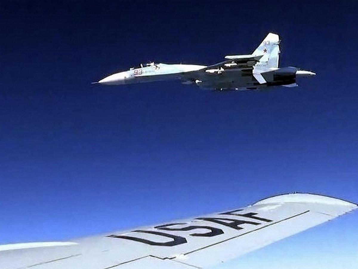СМИ: Су-35 РФ уже полгода кошмарят F-22 США возле Аляски