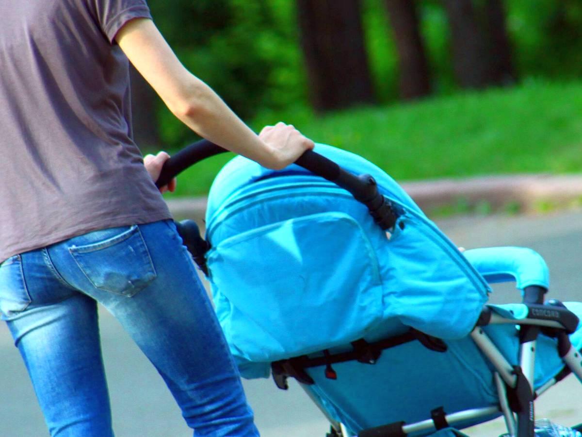 Автомобилист выскочил из машины и, рискуя жизнью, спас младенца