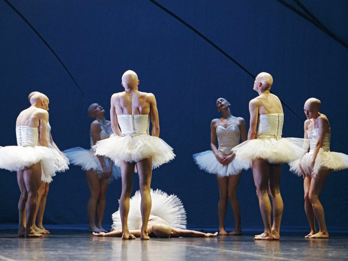 Интернет-пользователей на Кавказе возмутили танцы школьников в балетных пачках