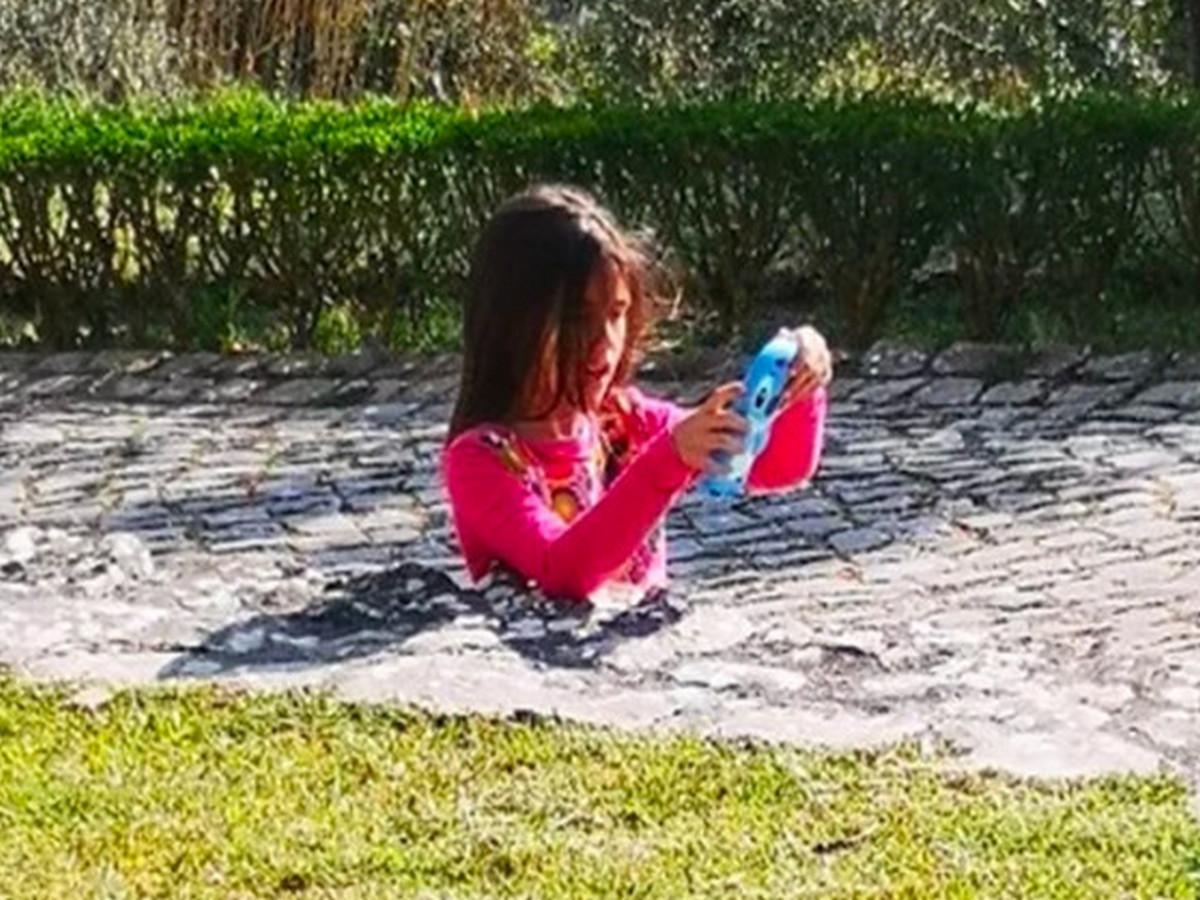 Пользователи соцсетей обсуждают оптическую иллюзию с девочкой, застрявшей в бетоне